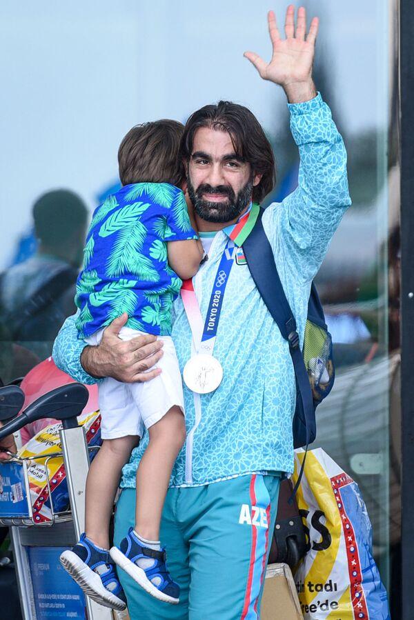 Встреча серебряного призера Олимпийских игр Токио-2020 Рафаэля Агаева в аэропорту Гейдара Алиева. - Sputnik Азербайджан