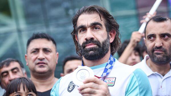 Встреча серебряного призера Олимпийских игр Токио-2020 Рафаэля Агаева в аэропорту Гейдара Алиева - Sputnik Azərbaycan