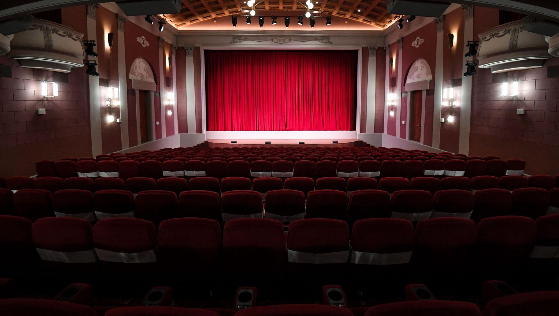 Boş teatr səhnəsi, arxiv şəkli - Sputnik Azərbaycan, 1920, 20.08.2021