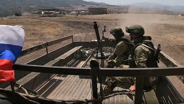 Российские миротворцы впервые отработали тактику действий кочующего миномета в горах Карабаха - Sputnik Азербайджан