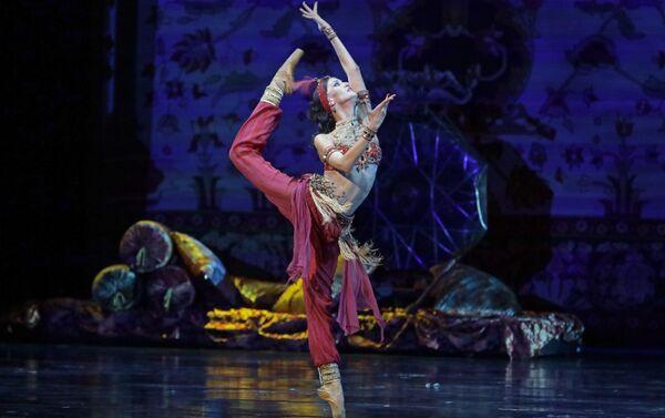 Балет Тысяча и одна ночь под управлением Эйюба Гулиева на сцене Мариинского театра в Санкт-Петербурге - Sputnik Азербайджан