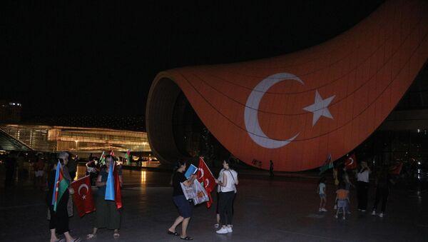 Heydər Əliyev Mərkəzinin üzərinə Türkiyənin bayrağı videoproyeksiya olunub - Sputnik Azərbaycan