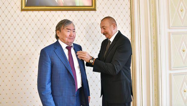 Prezident İlham Əliyev qazax şairi və ictimai xadim Oljas Süleymenovu qəbul edib - Sputnik Азербайджан