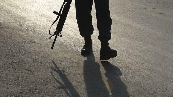 Вооруженный автоматом мужчина, фото из архива - Sputnik Азербайджан
