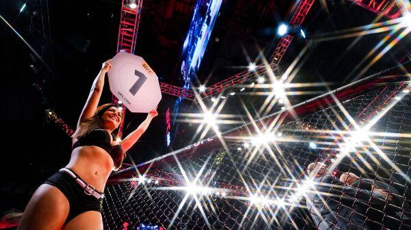 Женщина на ринге перед первым раундом боя - Sputnik Азербайджан