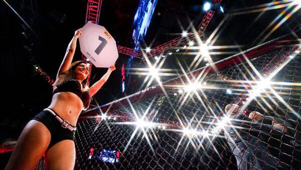 Женщина на ринге перед первым раундом боя в Хьюстоне, штат Техас  - Sputnik Azərbaycan