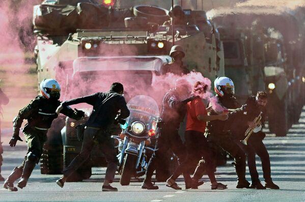 Braziliada hərbçilər paradın qarşısını kəsməyə çalışan etirazçıları saxlayırlar. - Sputnik Azərbaycan