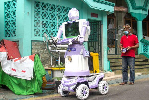 İndoneziyalı ev əşyalarından düzəltdiyi Delta Robotu idarə edir. - Sputnik Azərbaycan