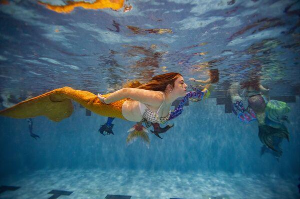 ABŞ-ın Virciniya ştatının Manassas şəhərindəki Freedom Aquatic Centerdə keçirilən MerMagic Con tədbirində su pəriləri. - Sputnik Azərbaycan