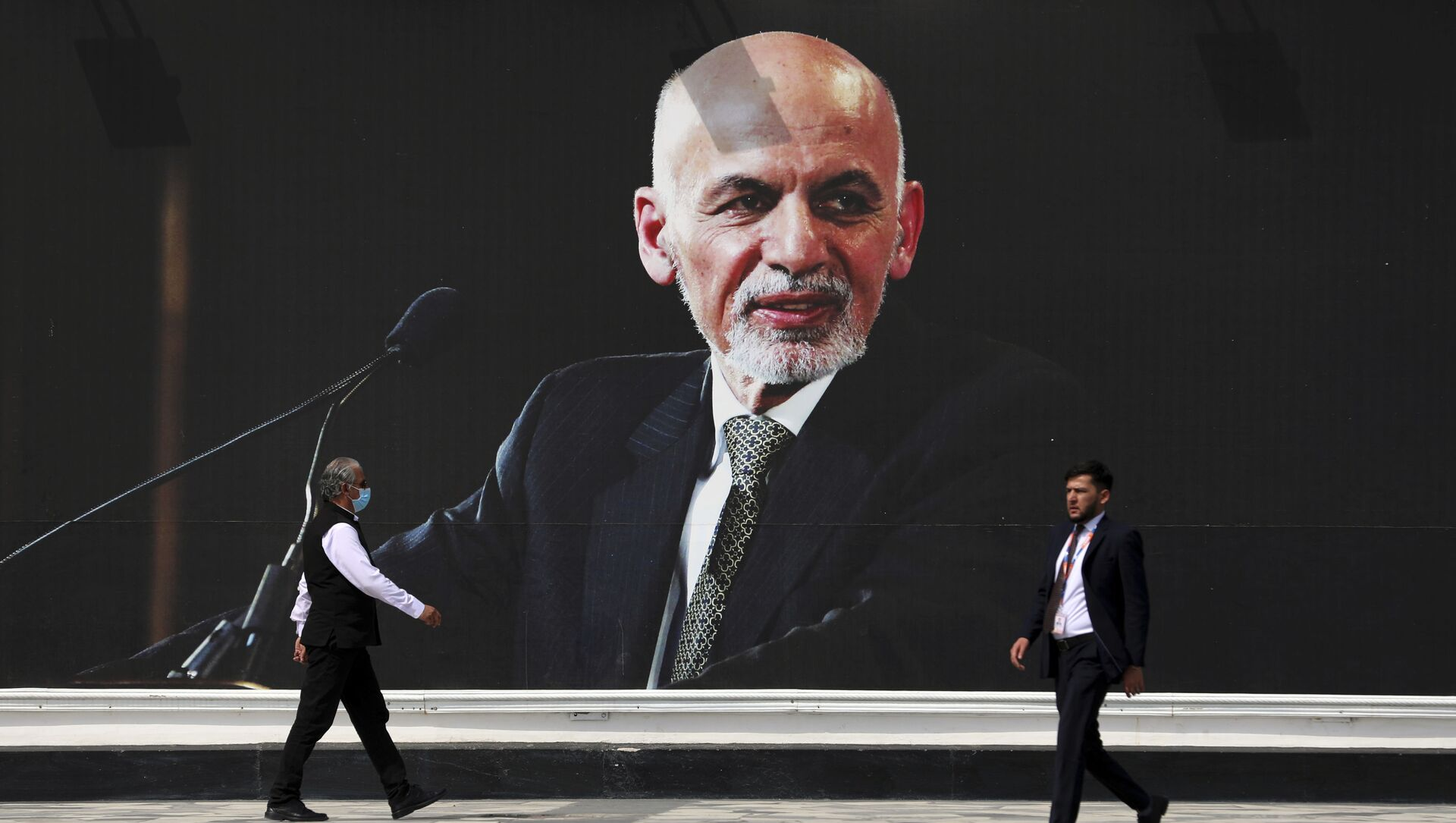 Люди проходят пере плакатом президента Афганистана Ашрафа Гани, фото из архива - Sputnik Азербайджан, 1920, 16.08.2021