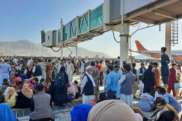 Афганцы на взлетной полосе кабульского аэропорта. - Sputnik Азербайджан