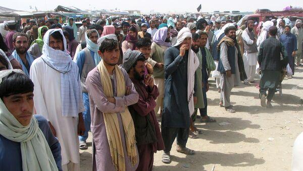Люди на контрольно-пропускной пункте в пакистано-афганском пограничном городе Чаман, Пакистан. - Sputnik Азербайджан