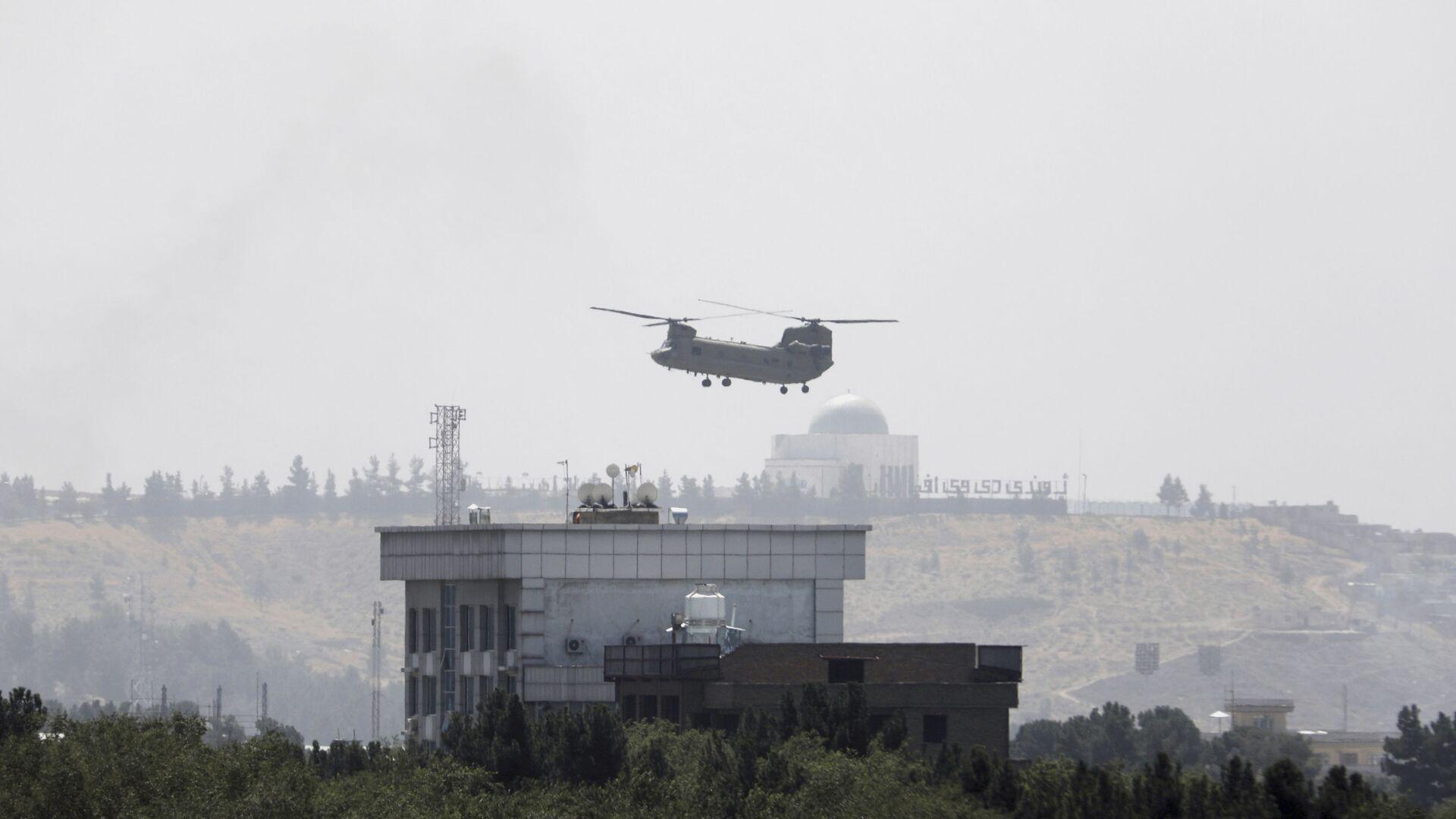 Вертолет США Chinook возле посольства США в Кабуле, Афганистан, 15 августа 2021 г.  - Sputnik Азербайджан, 1920, 16.08.2021