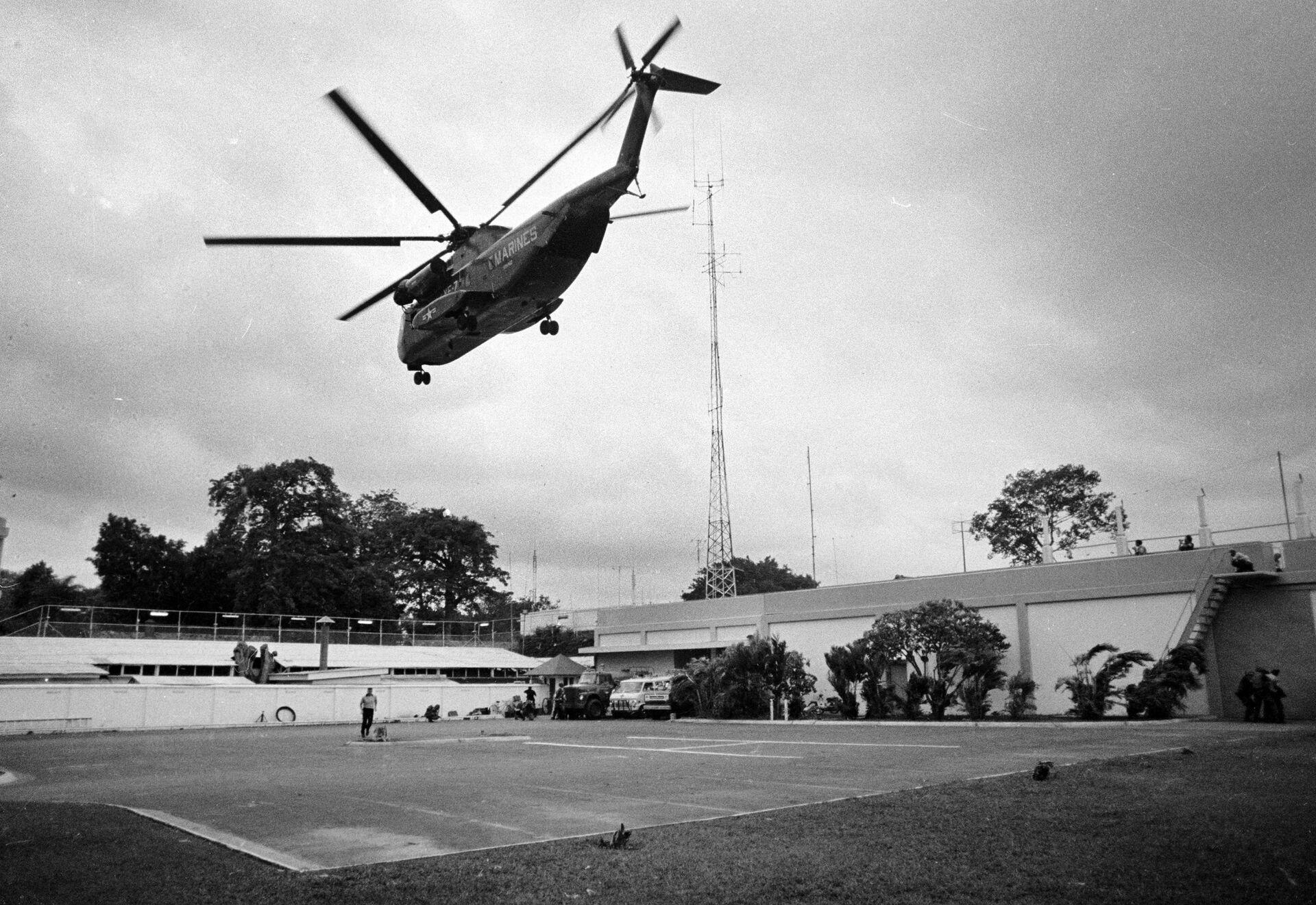 Вертолет во время эвакуации взлетает из посольства США в Сайгоне, Вьетнам. 29 апреля 1975 года. - Sputnik Азербайджан, 1920, 01.10.2021