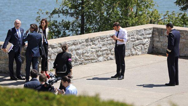 Президент Франции Эммануэль Макрон во время прогулки в Квебеке - Sputnik Азербайджан