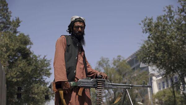 Боевик движения Талибан (террористическая группировка, запрещеннфая в РФ) в Кабуле, 16 авгутса 2021 года  - Sputnik Азербайджан
