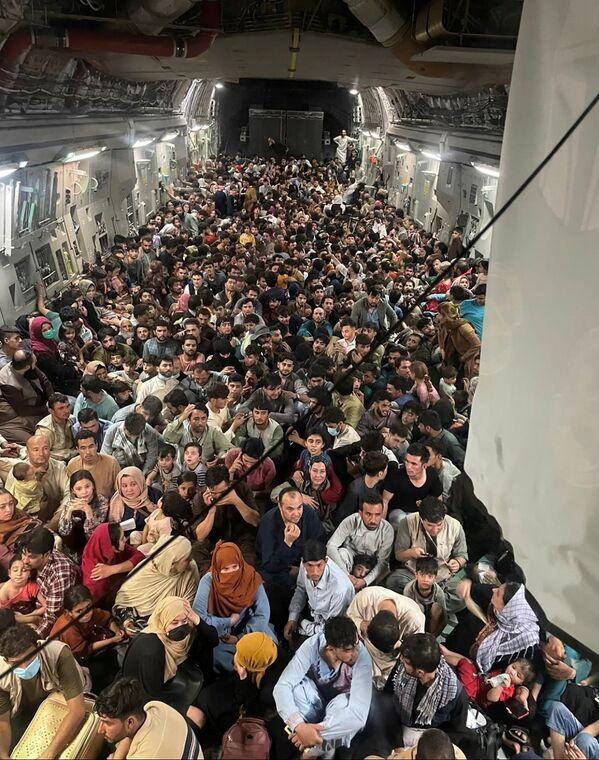Военно-транспортный самолет Boeing C-17 Globemaster III американских ВВС эвакуировал из Кабула около 640 мирных жителей Афганистана. - Sputnik Азербайджан