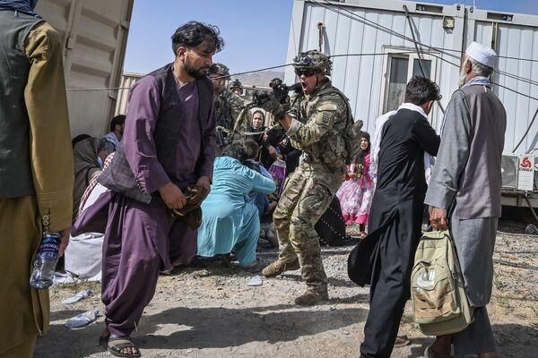 Американский солдат целится в афганцев в аэропорту Кабула. - Sputnik Азербайджан