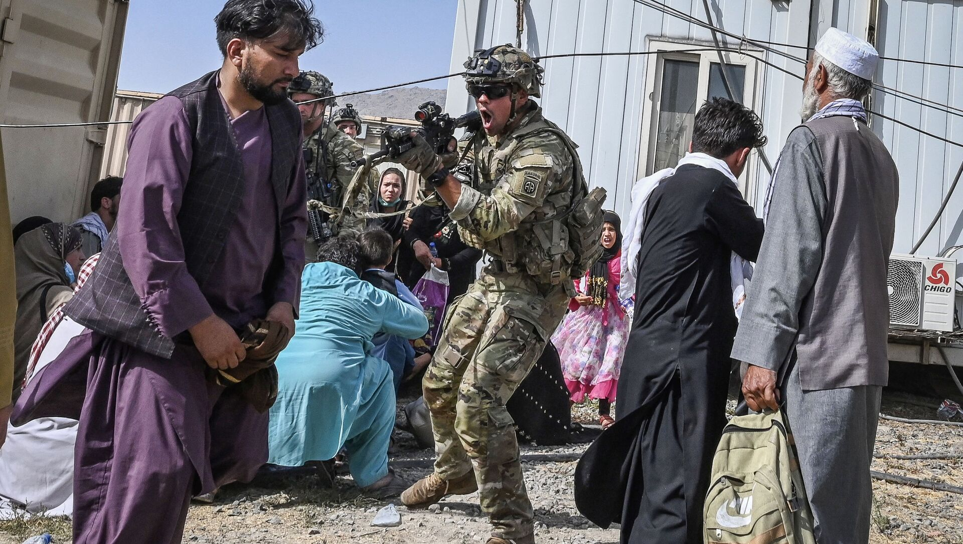 Американский солдат целится на афганцев в аэропорту Кабула  - Sputnik Азербайджан, 1920, 18.08.2021