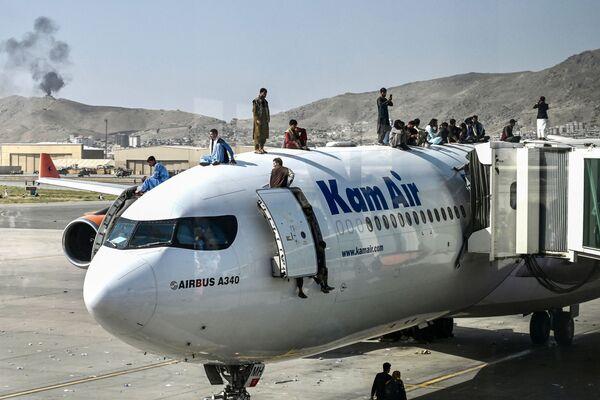 Афганцы на самолете в аэропорту Кабула. - Sputnik Азербайджан