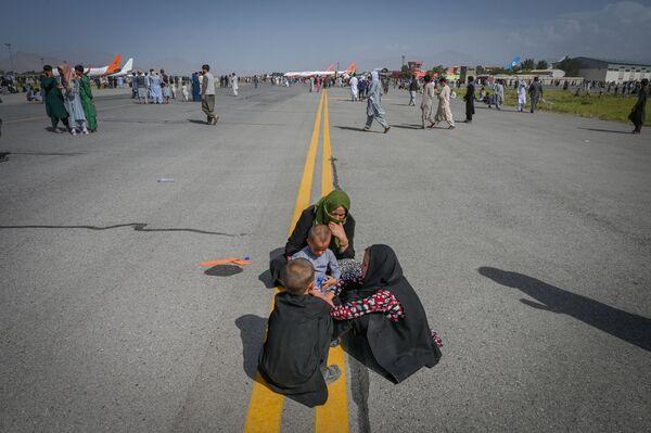 Афганцы на взлетной полосе в аэропорту Кабула. - Sputnik Азербайджан