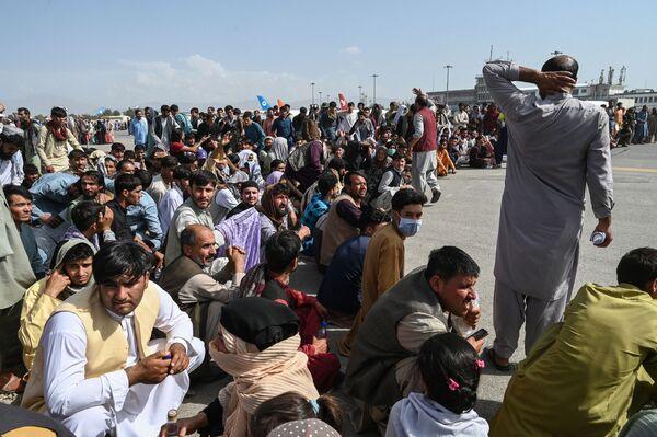 Афганцы сидят в кабульском аэропорту. - Sputnik Азербайджан