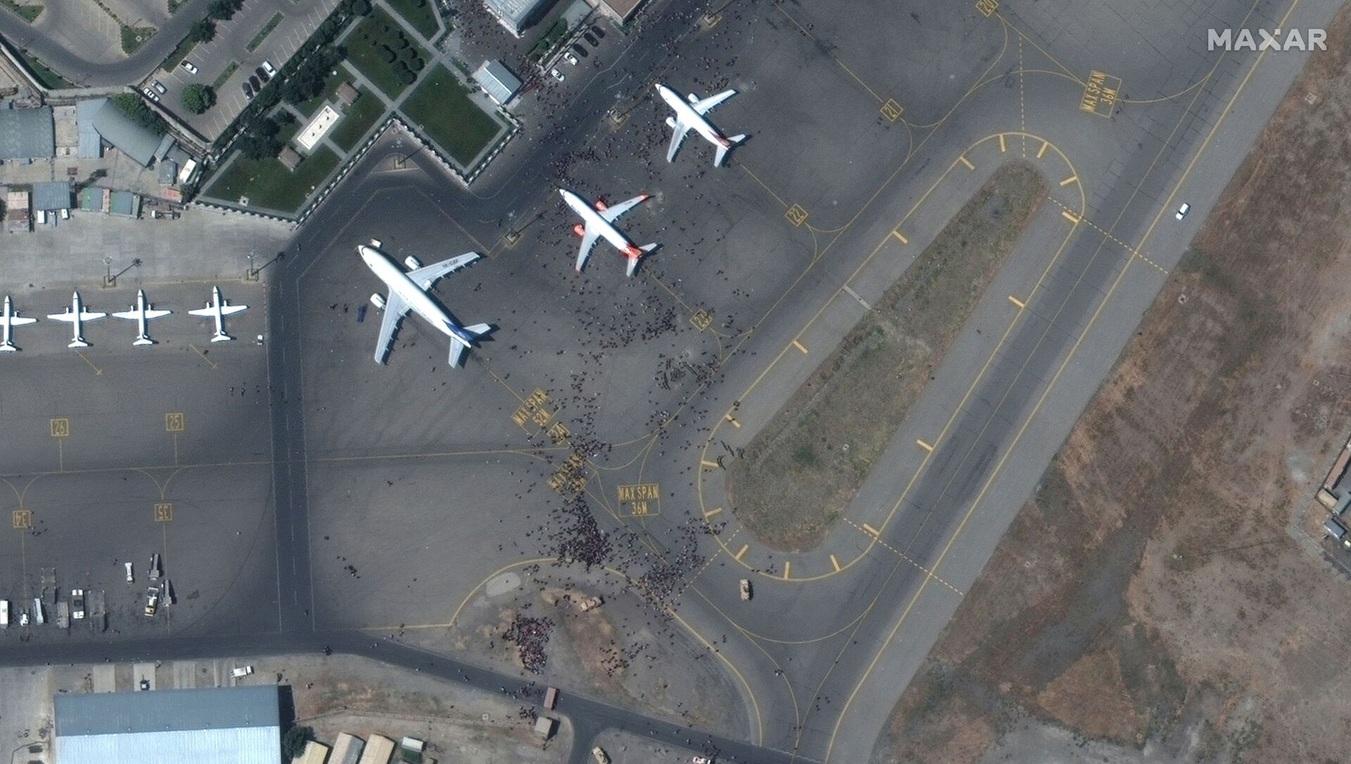 Спутниковый снимок толпы на взлетной полосе аэропорта Кабул - Sputnik Азербайджан, 1920, 29.08.2021