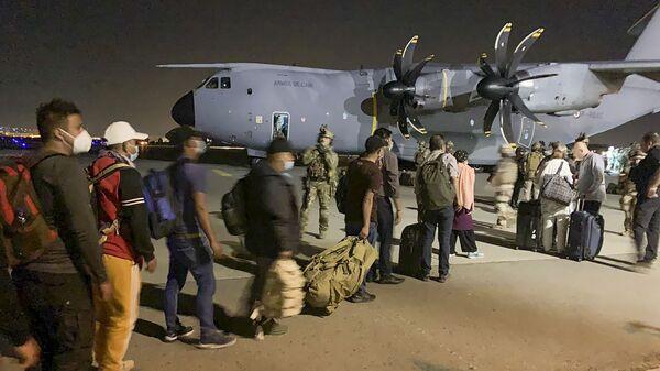 Французы и их коллеги из Афганистана в ожидании посадки на военный самолет в аэропорту Кабула - Sputnik Азербайджан