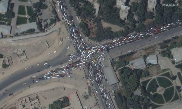 Автомобильная пробка и толпы людей у аэропорта Кабула. - Sputnik Азербайджан