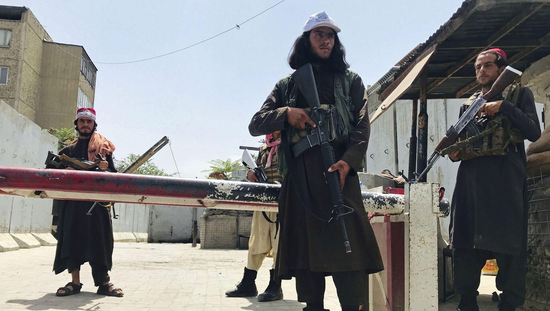 Боевики движения Талибан (террористическая группировка, запрещеннфая в РФ) в Кабуле, 17 авгутса 2021 года  - Sputnik Азербайджан, 1920, 18.08.2021