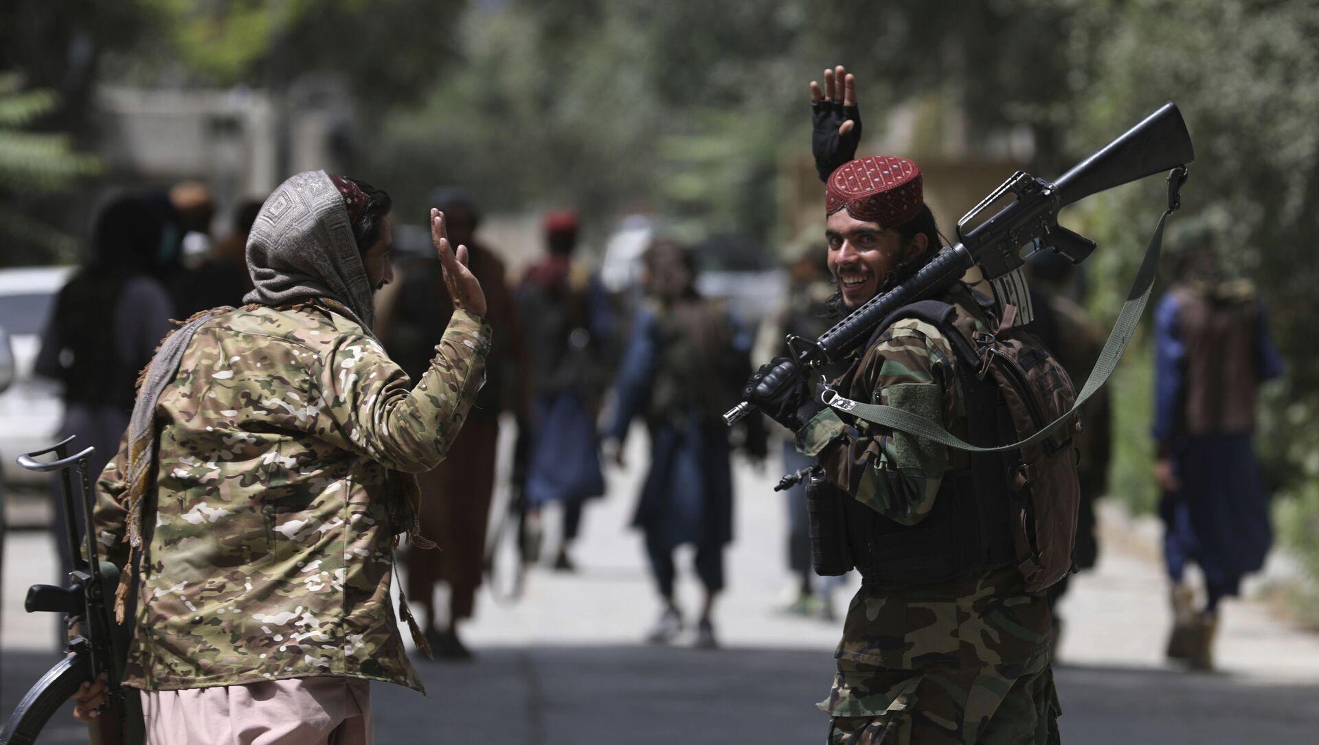 Боевики движения Талибан (террористическая группировка, запрещеннфая в РФ) в Кабуле, 18 авгутса 2021 года - Sputnik Азербайджан, 1920, 20.08.2021