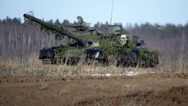 Шойгу лично протестировал трассу танкового биатлона на Т-80 - Sputnik Азербайджан