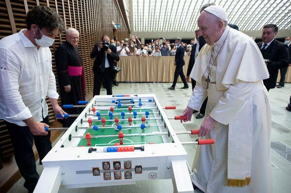 Papa I Fransisk Vatikanda stolüstü futbol oynayır - Sputnik Azərbaycan