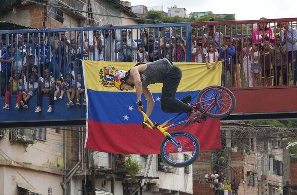 Çempion Daniel Ders Karakas şəhərində keçirilən şouda çıxış edir, Venesuela. - Sputnik Azərbaycan