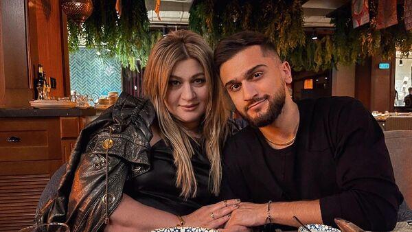 Jony (творческий псевдоним Джахида Гусейнли) с матерю Аминой Гусейновой - Sputnik Азербайджан