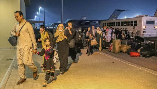 Эвакуированные из Афганистана прибыли на авиабазу Аль-Удейд в Дохе, Катар - Sputnik Азербайджан