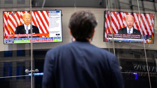 Транслирование выступления президента США Джо Байдена с заявлением по ситуации в Афганистане на Таймс-сквер в Нью-Йорке  - Sputnik Азербайджан