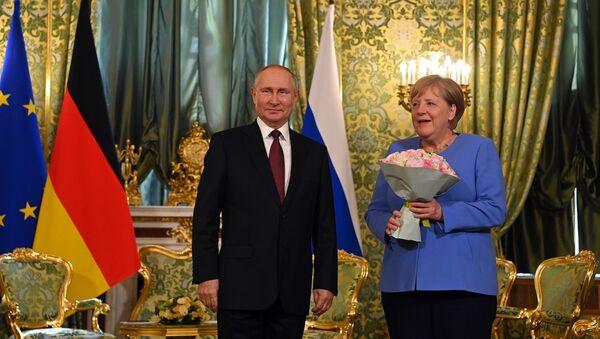 Vladimir Putin və Angela Merkel, arxiv şəkli - Sputnik Azərbaycan