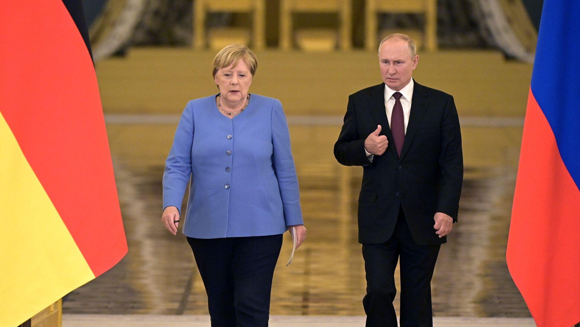 Vladimir Putin və Angela Merkel, arxiv şəkli  - Sputnik Азербайджан, 1920, 20.08.2021