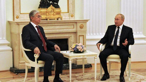 Президент РФ В. Путин встретился с президентом Казахстана К.-Ж. Токаевым - Sputnik Азербайджан