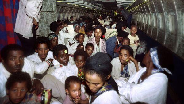 Ethiopian Jews sit on bard of an Israeli Air Force plane on May 25, 1991 - Sputnik Azərbaycan