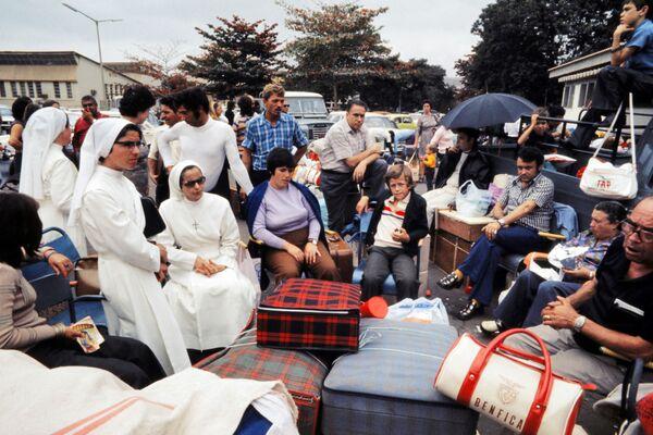Монахини, европейские беженцы и экспатрианты ждут своей эвакуации в Лиссабон в аэропорту Луанды, 5 сентября 1975 года . После обретения независимости Ангола с 1975 по 2002 год была ареной интенсивной гражданской войны. - Sputnik Азербайджан