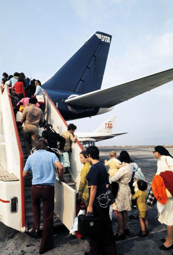 Европейские беженцы и эмигранты садятся в самолет для эвакуации в Лиссабон. После обретения независимости Ангола с 1975 по 2002 год была ареной интенсивной гражданской войны. - Sputnik Азербайджан