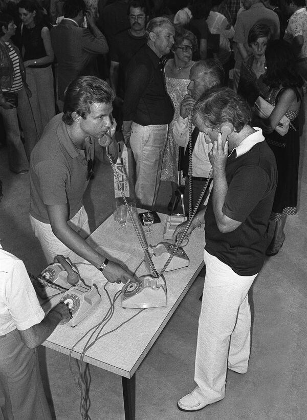Освобожденные заложники в аэропорту Парижа звонят своим родным, 2 июля 1976. - Sputnik Азербайджан