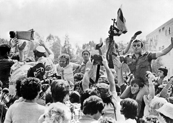 Заложники самолета Air France Airbus, захваченного 29 июня 1976 года палестинскими террористами в Энтеббе, Уганда, празднуют 7 июля 1976 года в Тель-Авиве свое возвращение в Израиль. 104 заложника были освобождены 4 июля 1976 года израильскими спецназовцами. - Sputnik Азербайджан