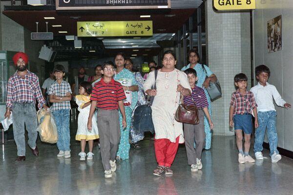 Азиатские (индийцы, бангладешцы или пакистанцы) беженцы, покинувшие Ирак и Кувейт из-за войны, 27 августа 1990 года. - Sputnik Азербайджан