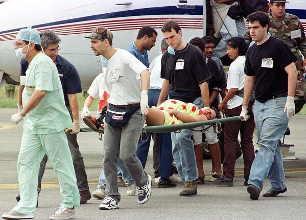 Медики перевозят беременную женщину в аэропорт Каракас Ла Карлота 19 декабря 1999 года. Женщина была спасена от наводнения, затронувшего Венесуэлу.  - Sputnik Азербайджан