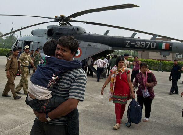 Индийские паломники, эвакуированные из пострадавших от наводнения районов, 21 июня 2013 года. - Sputnik Азербайджан