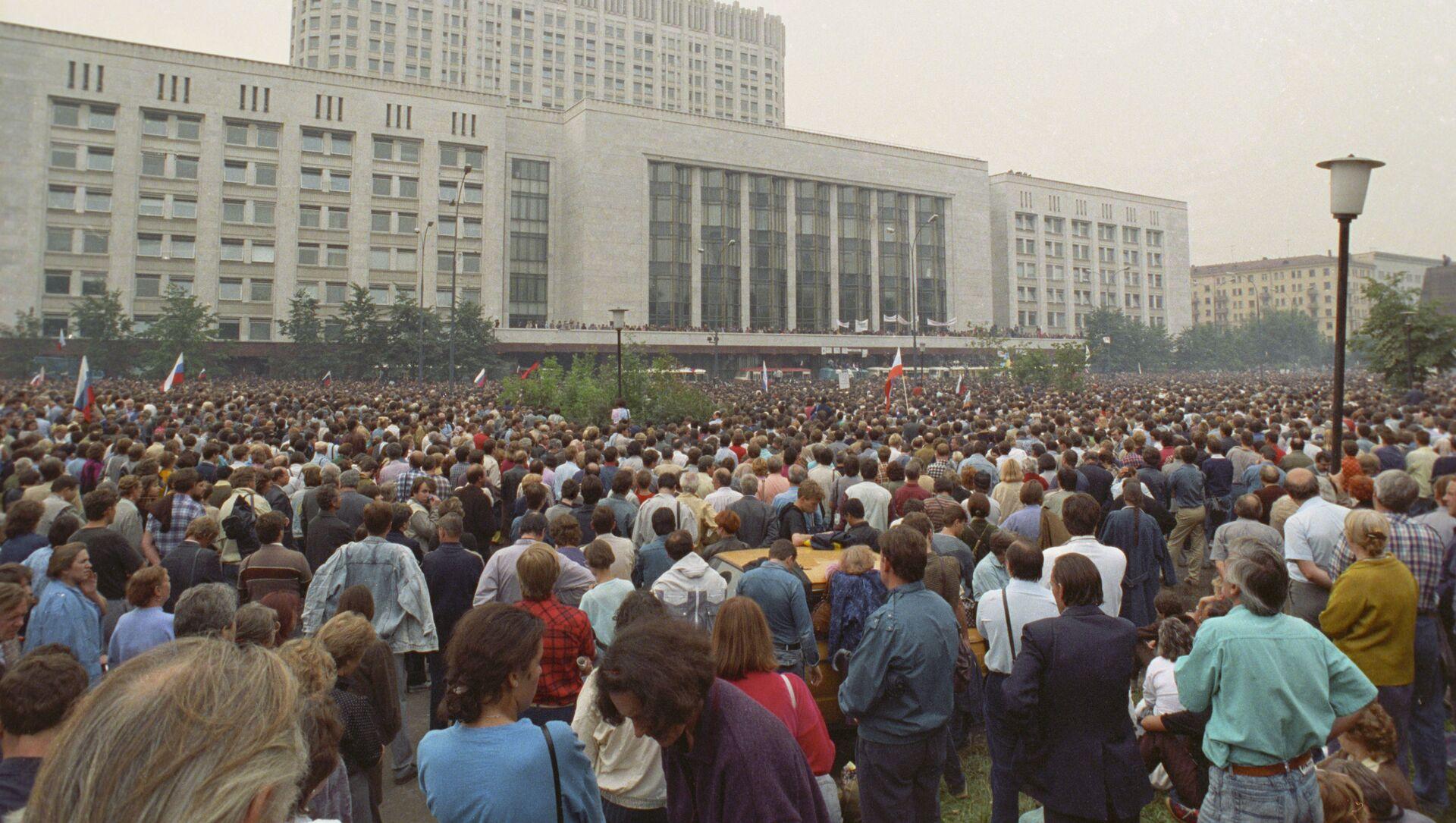 Манифестация у здания Верховного Совета РСФСР под названием Акция в защиту Белого дома, 19 августа 1991 года - Sputnik Азербайджан, 1920, 23.08.2021