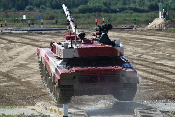 Танк Т-72Б3 команды военнослужащих Китая во время соревнований танковых экипажей в рамках конкурса Танковый биатлон-2021 на полигоне Алабино в Подмосковье в рамках VII Армейских международных игр АрМИ-2021. - Sputnik Азербайджан